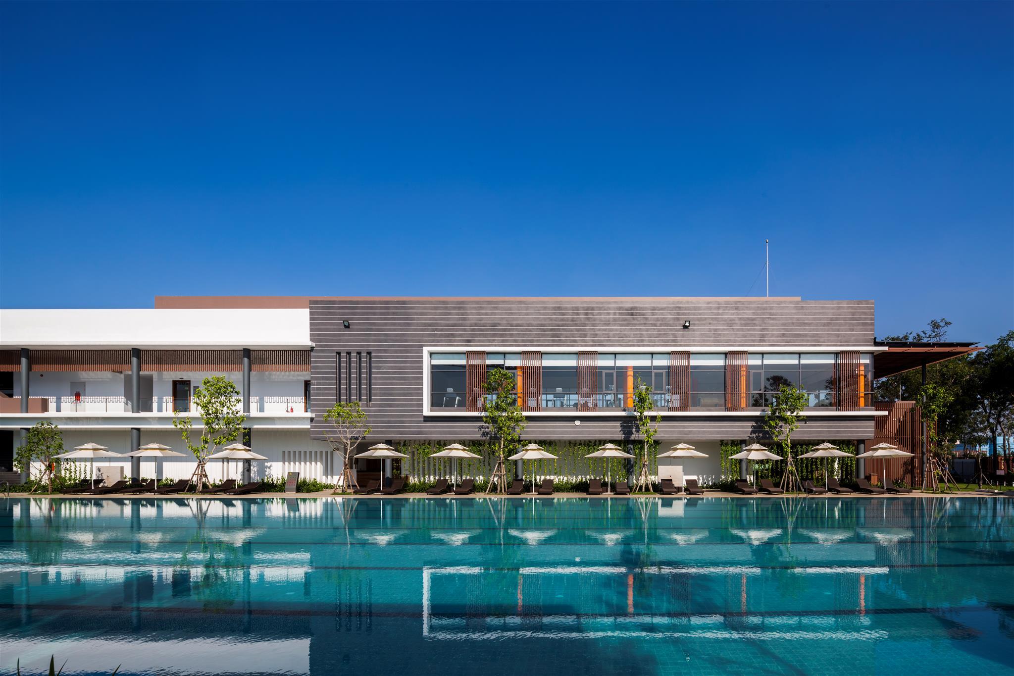 Hồ bơi lớn tiêu chuẩn Olympic - Celadon Sports & Resort Club