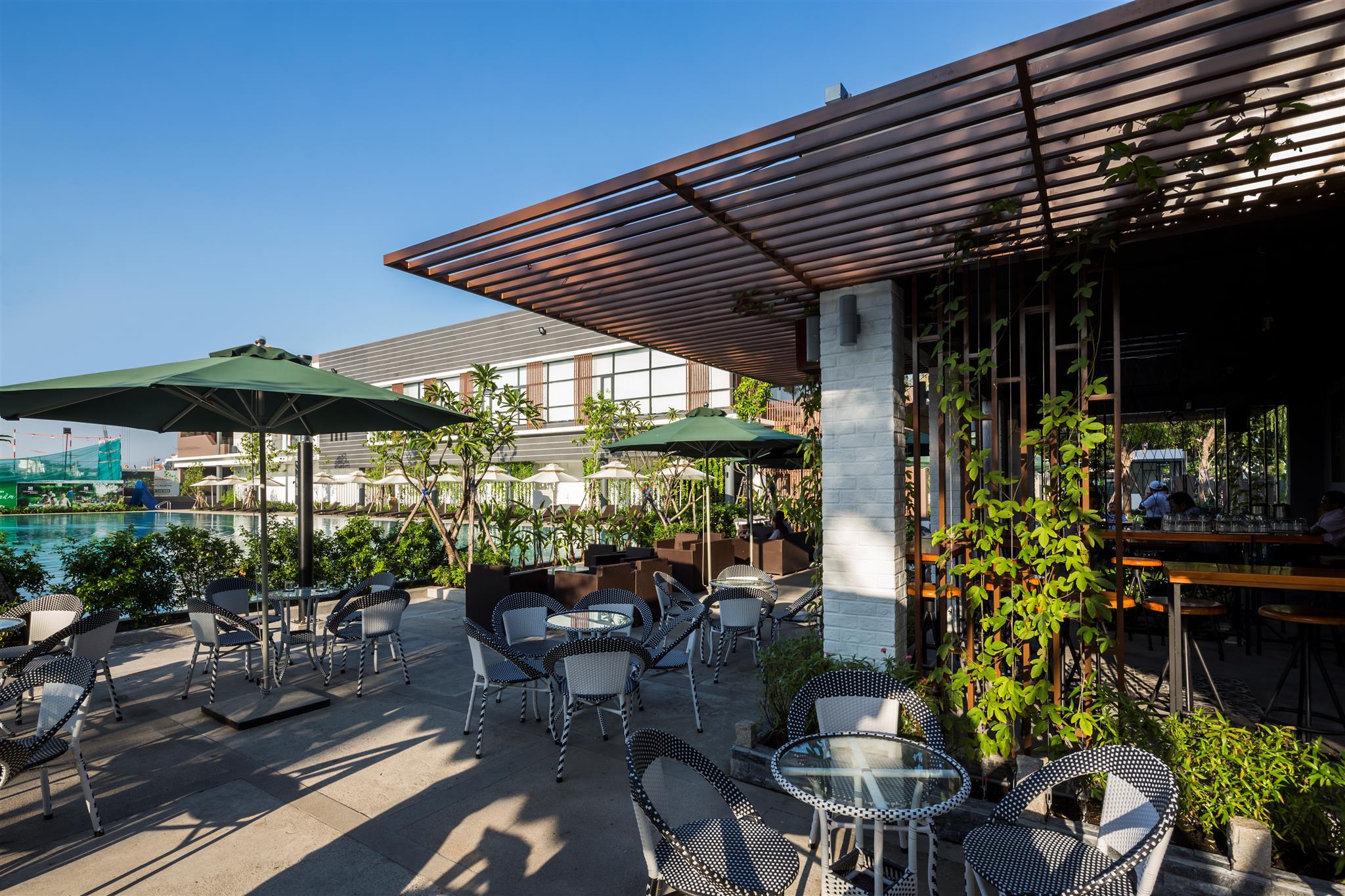 Nhà hàng & Café bên bể bơi - Celadon Sports & Resort Club