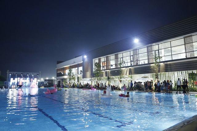 Hồ bơi hiện đại nằm trong khu thể thao Celadon Sports & Resort Club lung linh trong lễ kỷ niệm 2 năm thành lập CLB.